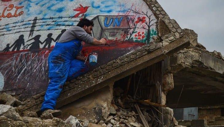 """""""الأسمر"""".. فنان شارع على جميع الجبهات بريف إدلب"""