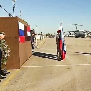 صورة من زيارة الرئيس الروسي فلاديمير بوتين إلى سوريا تظهر بشار الأسد إلى جانب ضباط روس في الخلف - من فيديو نشرته وسائل إعلام روسية حكومية