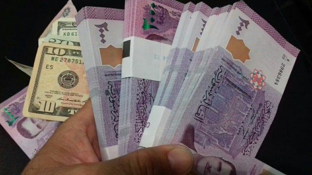 بعد تخطيها 2000 مقابل الدولار… الليرة السوريّة تواصل انهيارها في خامس أيام «قيصر»