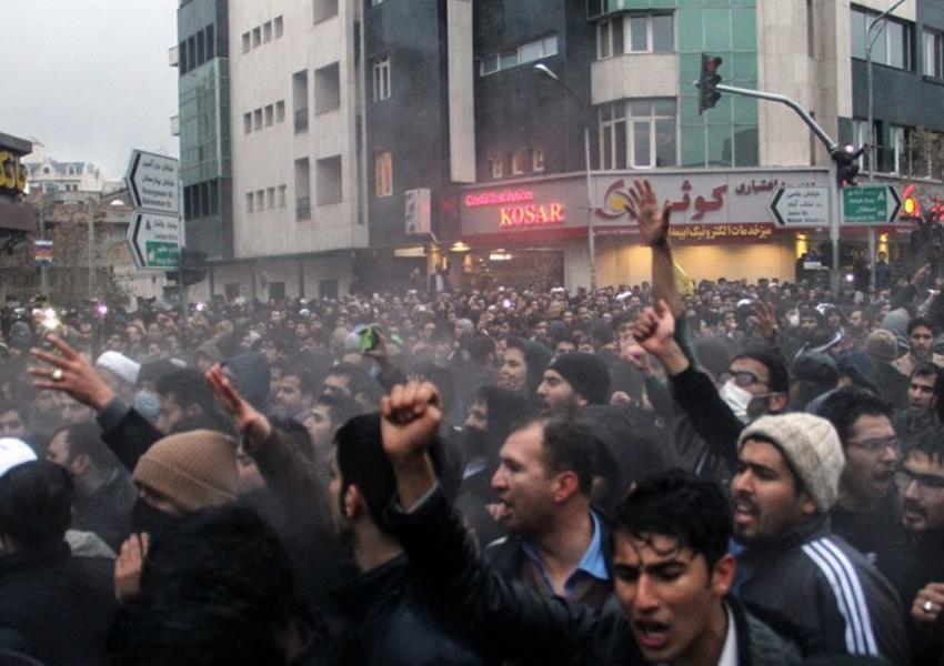 """إيران تستبق ذكرى احتجاجات """"نوفمبر"""" بحملة اعتقالات واسعة"""