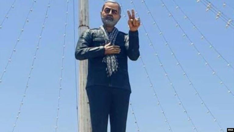 """أزالَته السلطات بعد أن نصبته: تمثال """"سليماني"""" يُثير السخرية في إيران"""
