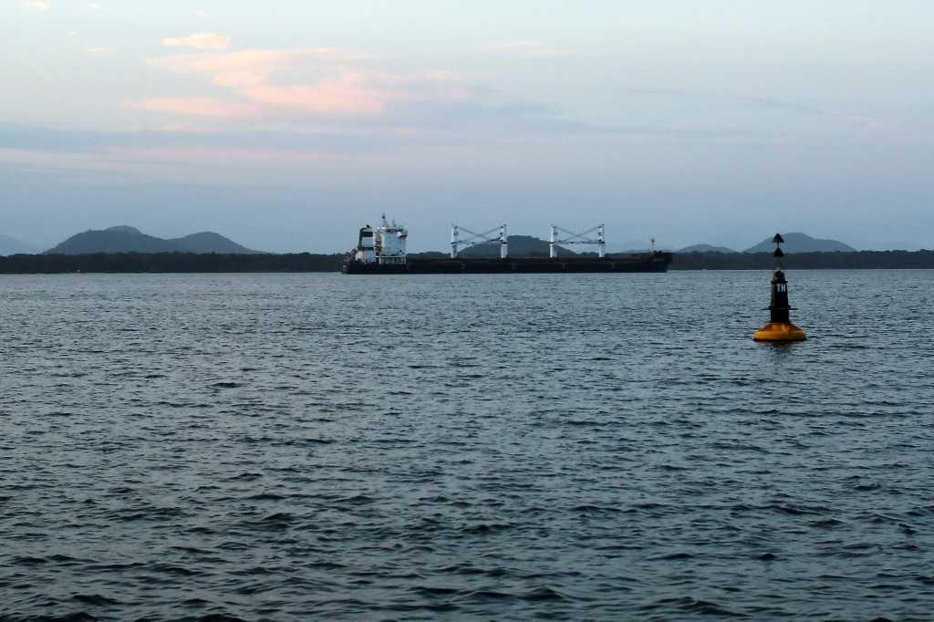 «البحث جارٍ عن ناجين».. غرق سفينة إيرانية عند السواحل العراقية
