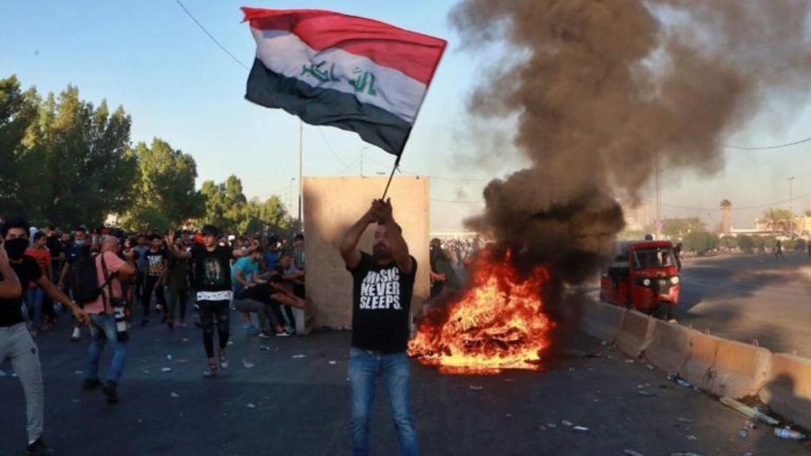 الاحتجاجات تعود إلى العراق عبر الديوانية.. قطعٌ للطرق ونارٌ في الشوارع