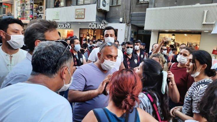 """بعد مقتل طالبة جامعية على يد حبيبها.. الشرطة التركية تعتقل متظاهرات في وقفة احتجاجية بـ """"إزمير"""""""