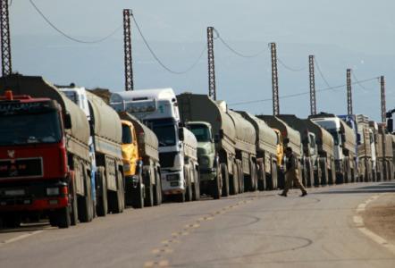 أنباء عن معالجة مشكلة 100 شاحنة سورية عالقة عند الحدود الأردنية