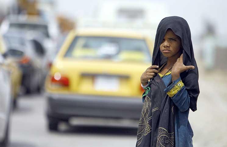 مأساة الفقر والنزوح: فتَيات عراقيات يُجبرن على التسول خشيةَ العُنف الأسري