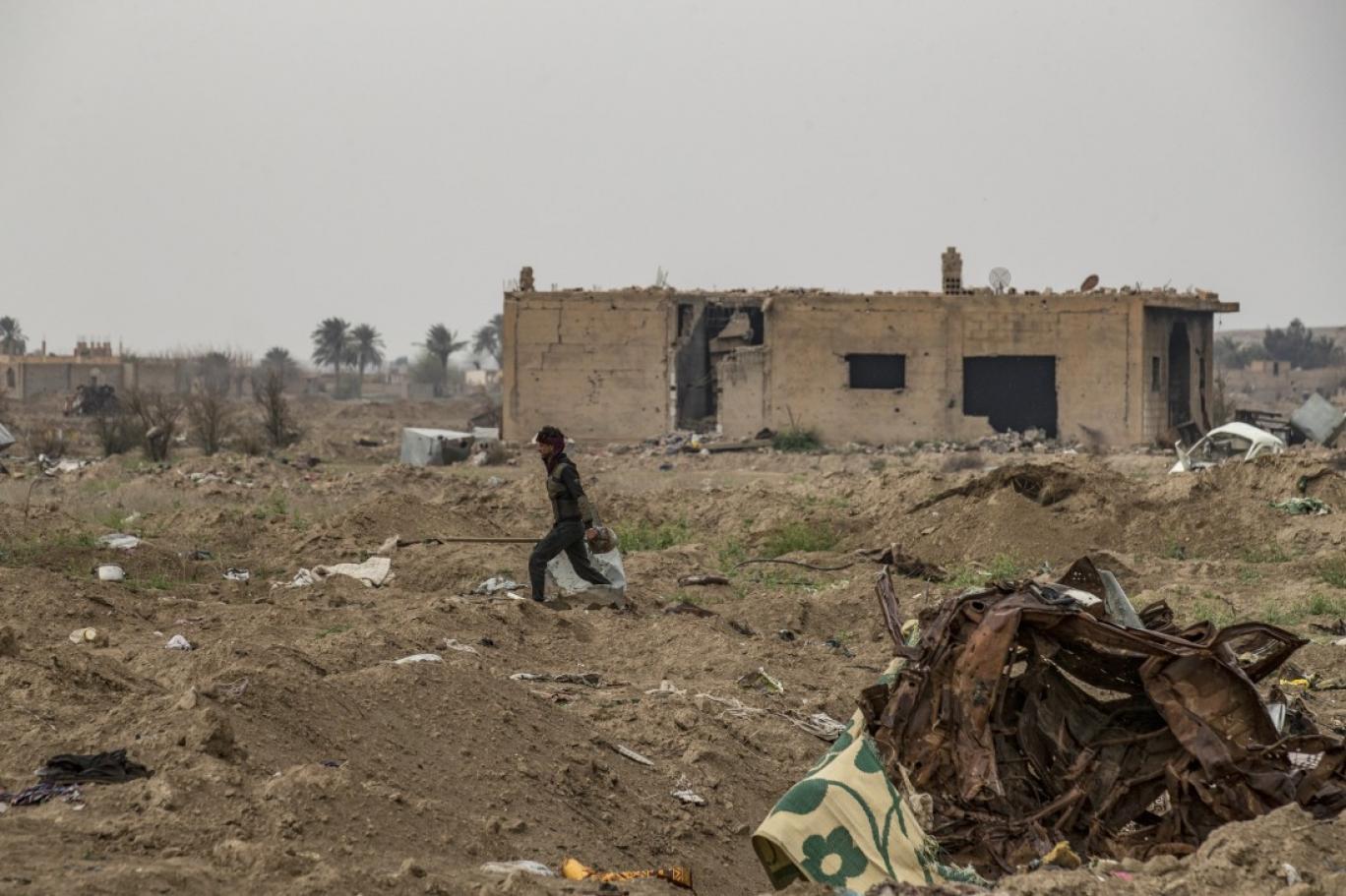 """مخلّفات الحرب في """"الباغوز"""" السورية: الموت يلاحق سكّان القرية المنكوبة"""