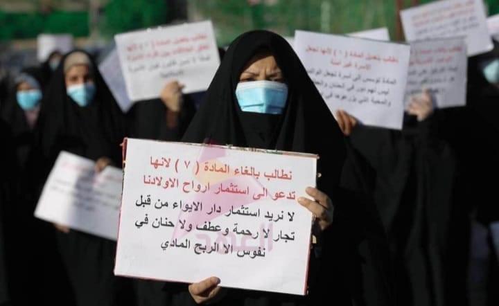 """«المرأة ضد المرأة».. تظاهُرَةٌ نسوية ترفض قانون """"مُناهضَة العُنف الأُسَري"""": من خلفَها؟"""