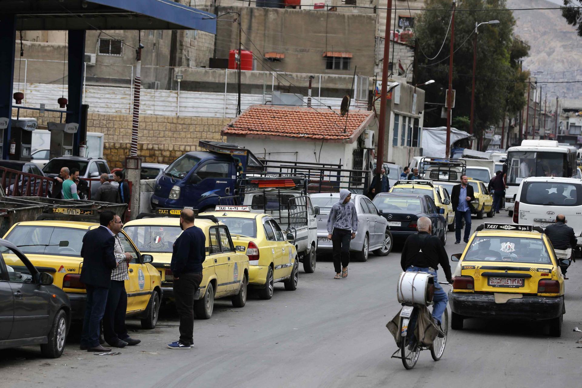 """أزمة بنزين خانقة في سوريا… وسائقو """"التكسي"""" يضاعفون الأجرة"""