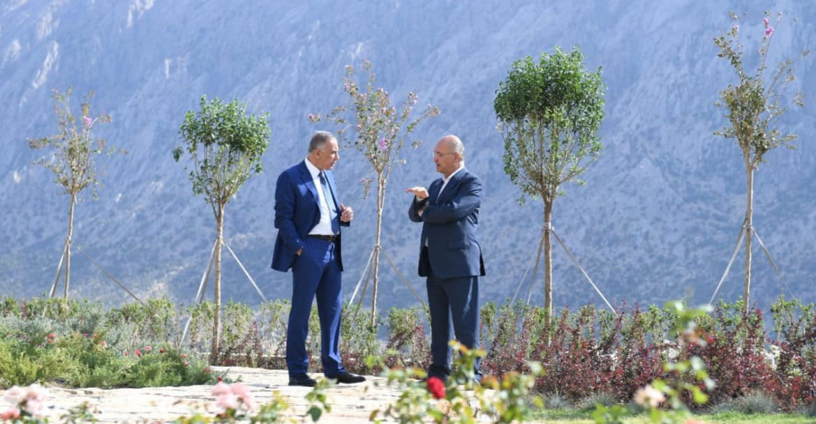 """التَقى """"صالح"""" وسطَ الطبيعَة وعندَ الجبال.. تفاصيل زيارة """"الكاظمي"""" للسليمانيّة"""