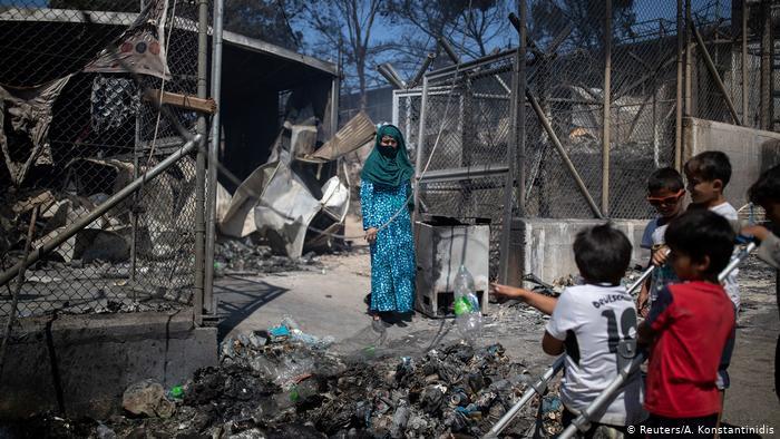 """حريق """"موريا"""" يشرّد مئات السوريين في اليونان بعد سنوات من البؤس داخل المخيّم"""