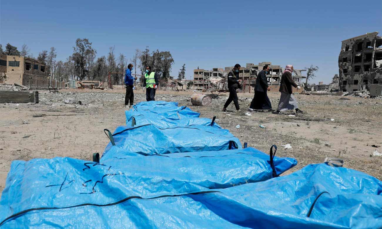 """تركة """"داعش"""" الثقيلة: اكتشاف المقابر الجماعية يستمر في الرقة"""