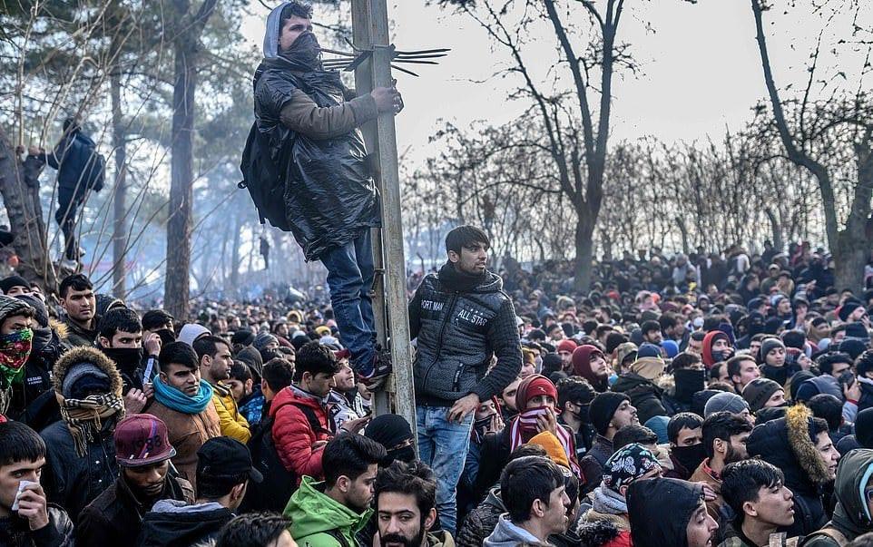 من بينها أجهزةُ الصّرع الصّوتيّة.. اليونان تمنع وصول اللاجئين إلى أراضيها بمختلف الوسائل