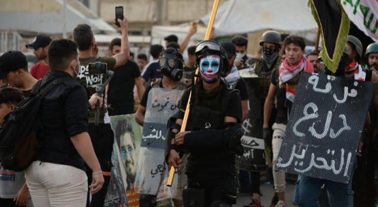 """""""درع التحرير"""".. فرقةٌ لحماية المُتظاهرين في العراق من القمع: هذه حكايتها"""