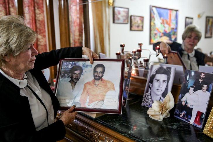 بعد 40 عاماً من هروبه مُختبئاً تحت عباءة جدّته.. شابٌ عراقي يلتقي بشقيقه المفقود