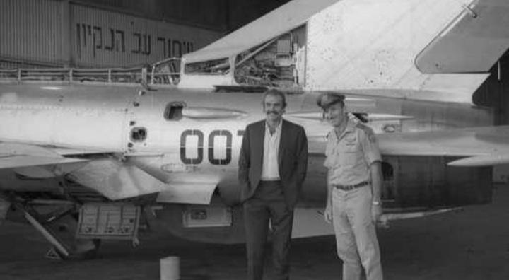 """انتشرَت الصورة بعد موته: ما قصّة مُمثّل دور """"جيمس بوند"""" مع طائرة عراقية في إسرائيل؟"""