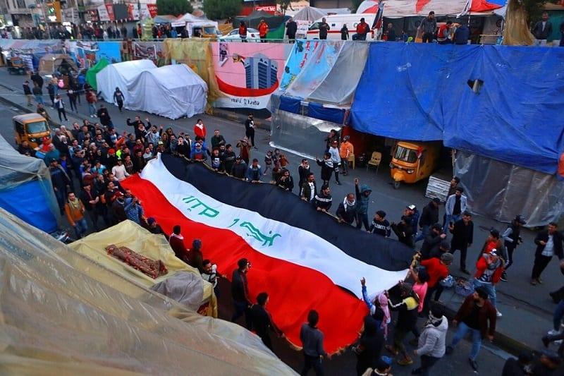 بمساعدة المتظاهرين.. القوات العراقية ترفع خيم الاعتصامات في النجف