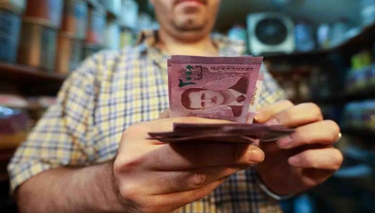الليرة السورية تتهاوى مجدداً وتلامس جاجز الـ 3000 للدولار الواحد