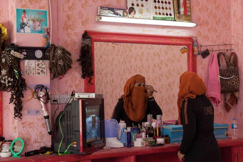 بعد داعش.. تجميل النساء في الرقة أمام عقبتي الكهرباء وتأمين المستحضرات